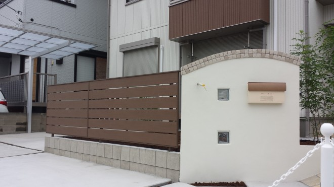 ディーズガーデン クレアUポストとアルファウッドユニットフェンスでナチュラルな門周りに 熊谷市