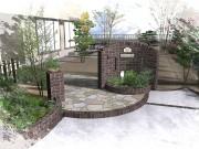 周りの植栽とうまく調和しているタイル貼り門柱(旭化成へーベルハウス)