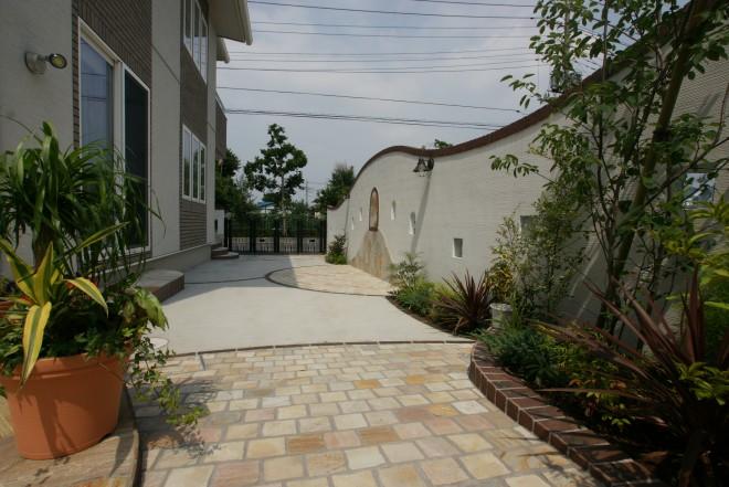 塗り壁の曲線と石貼りが優美な空間に