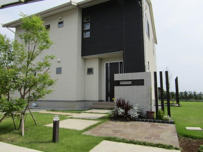 シンボルツリーのシマトネリコが映えるモダンな邸宅 埼玉県加須市 アキュラホーム