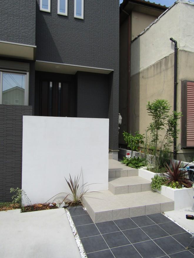県民共済住宅のモダンな建物に合わせたスクエアでデザインしたエクステリア 八潮市