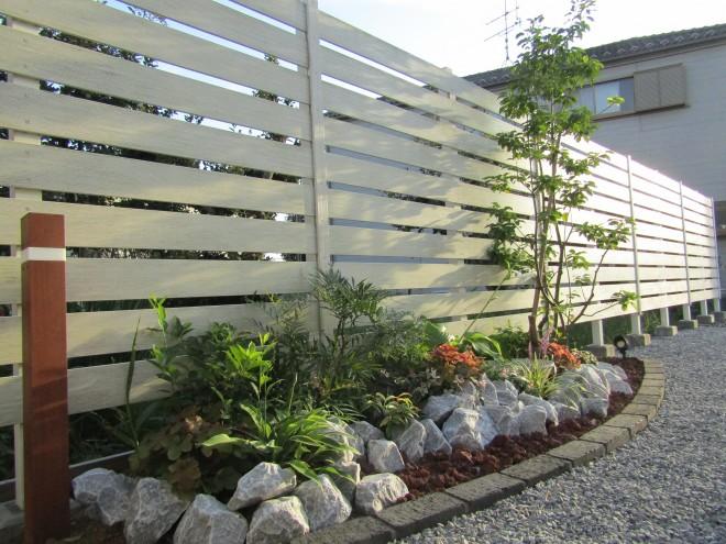 クラッシュロックとアルファウッドフェンスで植栽が映える素敵なお庭に