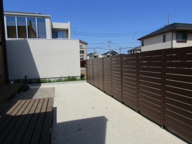 BESSの家をシンプルにコーディネート 埼玉県伊奈町 PCフェンス 人工芝