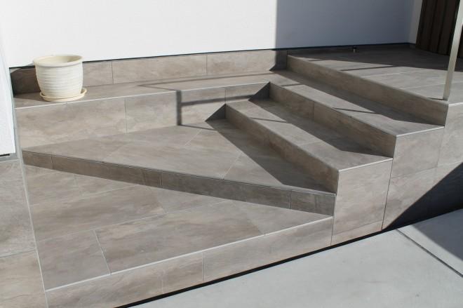 名古屋モザイク アルドワーズ3930を使用したおしゃれなアプローチ階段