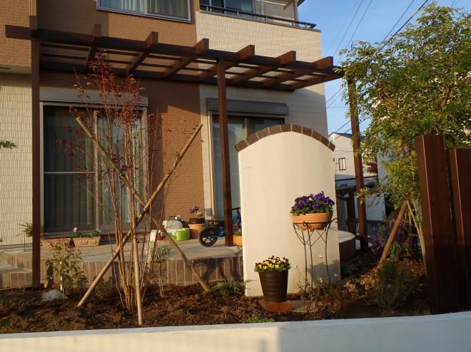 エバーアートウッド枕木材とポーチガーデンが夕日に染まる癒しのお庭 埼玉県