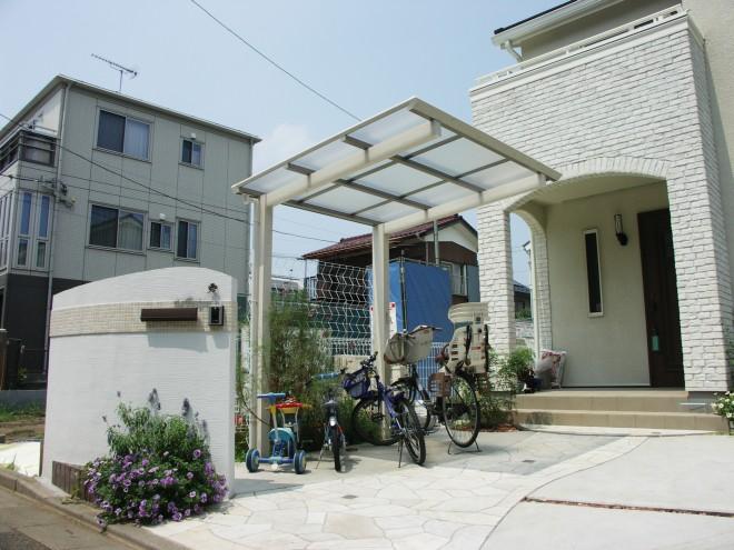 タカショー アートポート(木目調のサイクルポート)であたたかいイメージの駐輪スペース 三井ホーム さいたま市