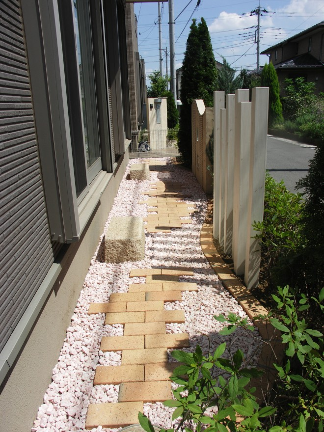 スリットフェンス格子材(アルミ枕木)でお庭に変化を
