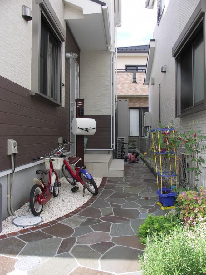 東洋工業 オークルストーン ジャワスレート乱形で雰囲気のあるアプローチに 埼玉県上尾