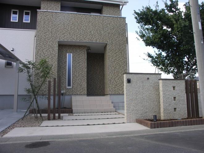 INAX パストラーノ タイル貼りの門柱とアプローチでナチュラルなオープン外構 大熊工務店 埼玉県久喜