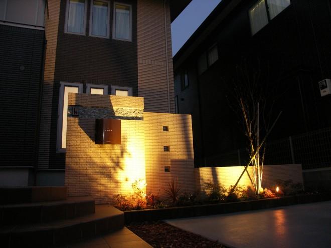煌めくライティングでモダンで高級感のある門周りを演出 一条工務店 埼玉県加須市