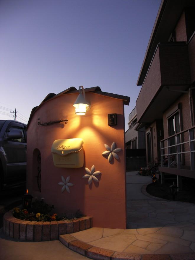 ディーズガーデンのポストを使用した曲線が優しいイメージを感じさせる塗り壁門柱