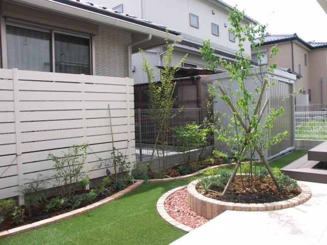 サークルのレンガ花壇がフォーカルポイントの人工芝が映える素敵なガーデン施工例 埼玉県三郷市