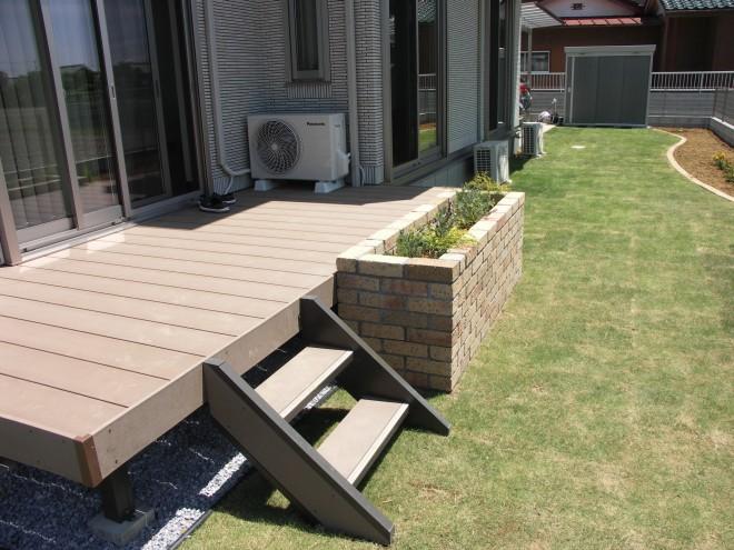 庭に行かずにハーブのお手入れを! リクシル 樹脂デッキ 樹ら楽ステージ