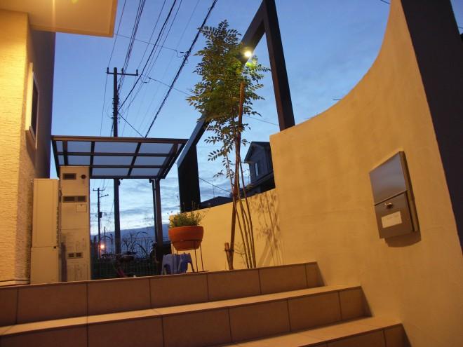 プラスGのフレームデザインで夜の表情が印象的なエクステリアに 高砂建設 三郷市