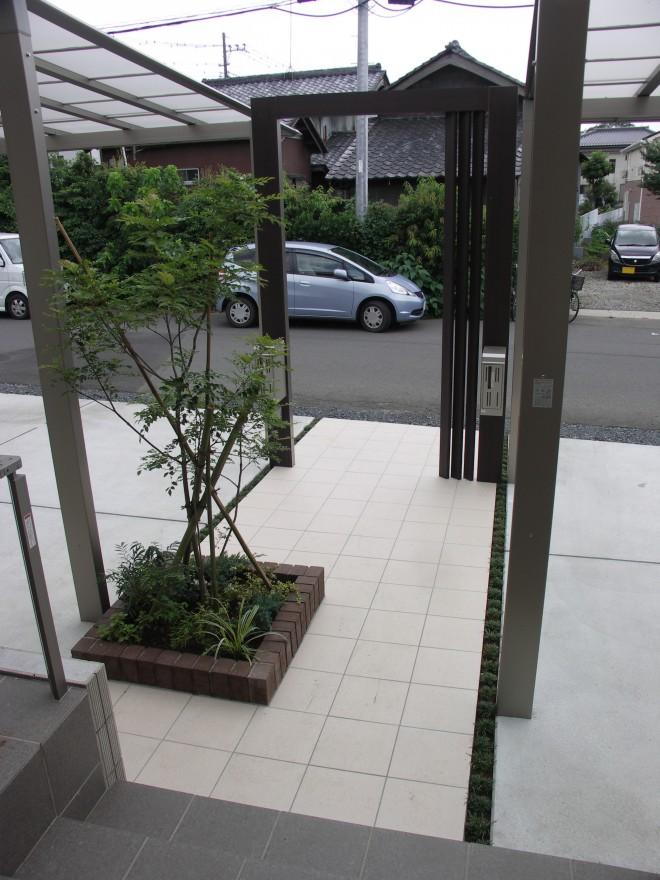 二世帯住宅のスタイリッシュでバリアフリーな外構 リクシル プラスG へーベルハウス 久喜市