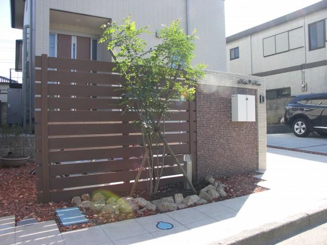 モザイクタイルと木目調フェンスでおしゃれな門周りに 埼玉県久喜市 へーベルハウス