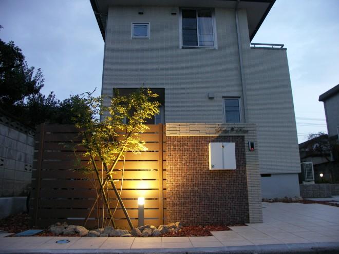 LEDライトでシマトネリコとタイル壁面が輝く高級感のあるアプローチ へーベルハウス 久喜市